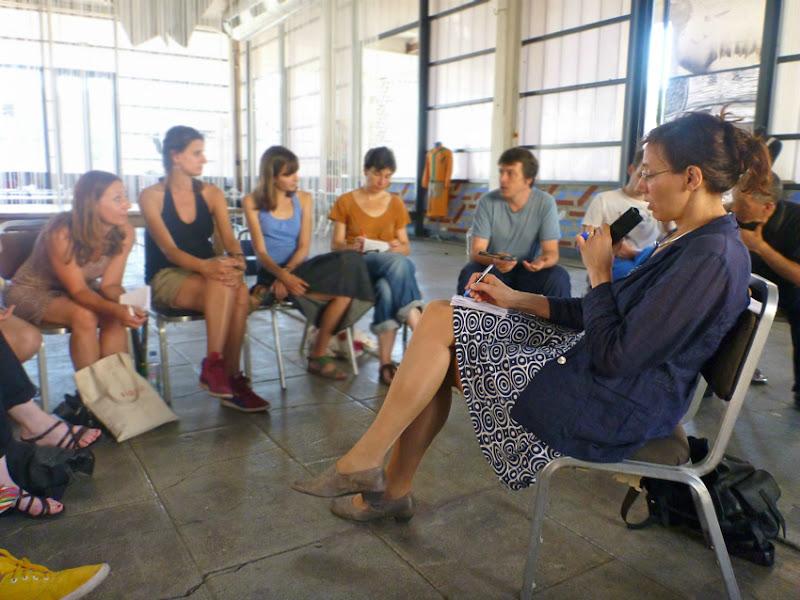 Seminargruppe und Flüsterdolmetscherin in der Mitte