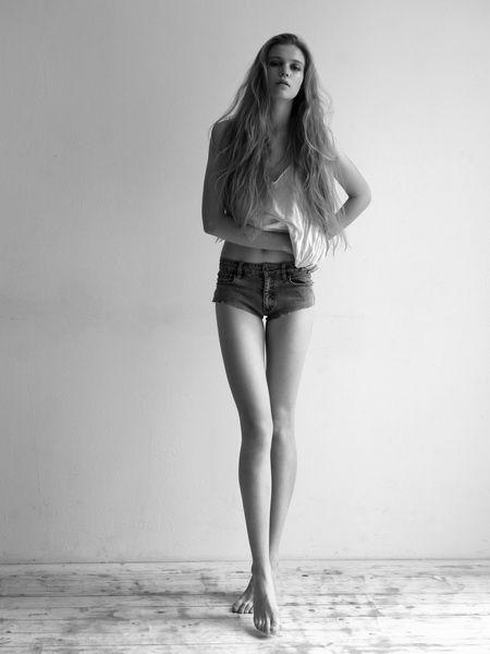 Skinny nude teen