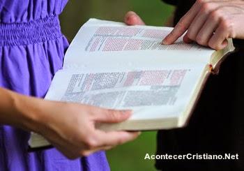 Estudiante enseña la Biblia en escuela