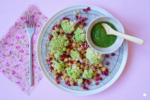 assiette complète végétale pois chiche grenade chou romanesco graines germées vegan