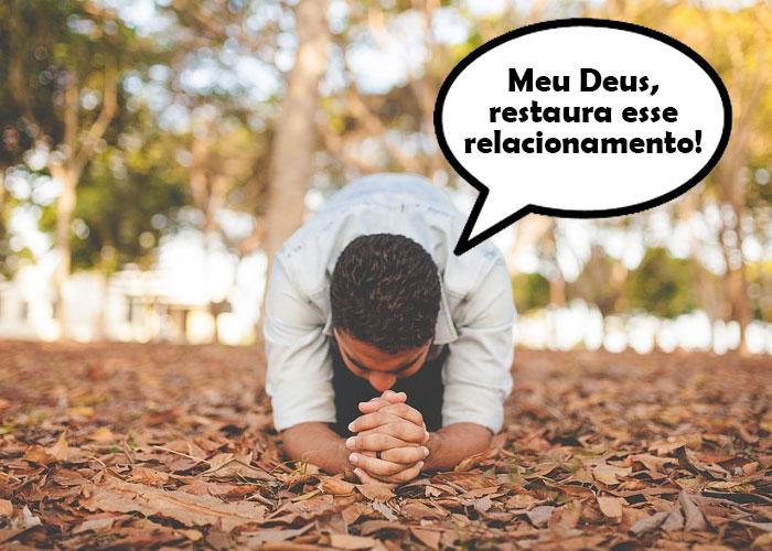 homem de joelhos fazendo oração evangélica para o amor voltar