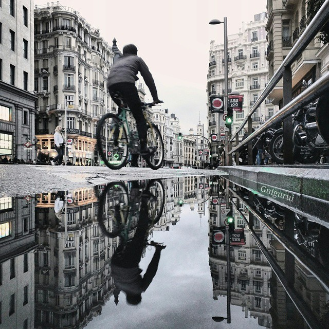 06-In-the-City-Guido-Gutiérrez-Ruiz-The-World-Reflected-in-Photographs-of-daily-Life-www-designstack-co