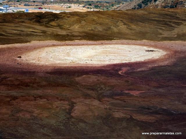 lago rojo en las minas de mazarrón