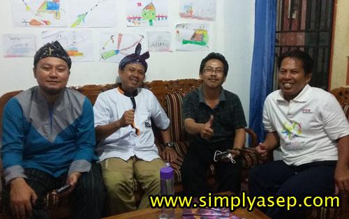 MAMPIR : Teman teman dari DPD Paguyuban Asep Dunia (PAD) Bogor yang mampir ke rumah tadi malam. Dari kanan ke kiri : Dokter Asep, Kang Asep Serdadu, Kang Asep Sabolagna Pangabean, dan Asep Haryono Foto Istimewa.