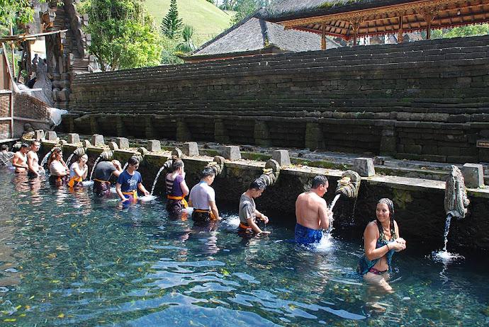 Turistas en fuentes sagradas