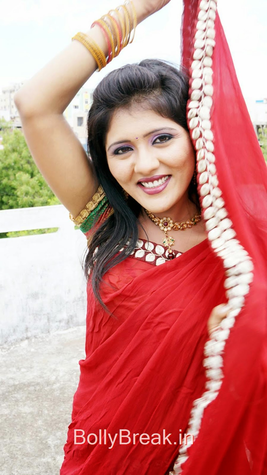 Neetho Film Photo Gallery, Manju Hot Pics in Red Saree From Neetho Telugu Movie