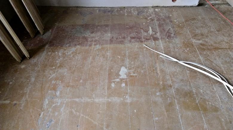 sosnowe deski z farbą olejną przed renowacją