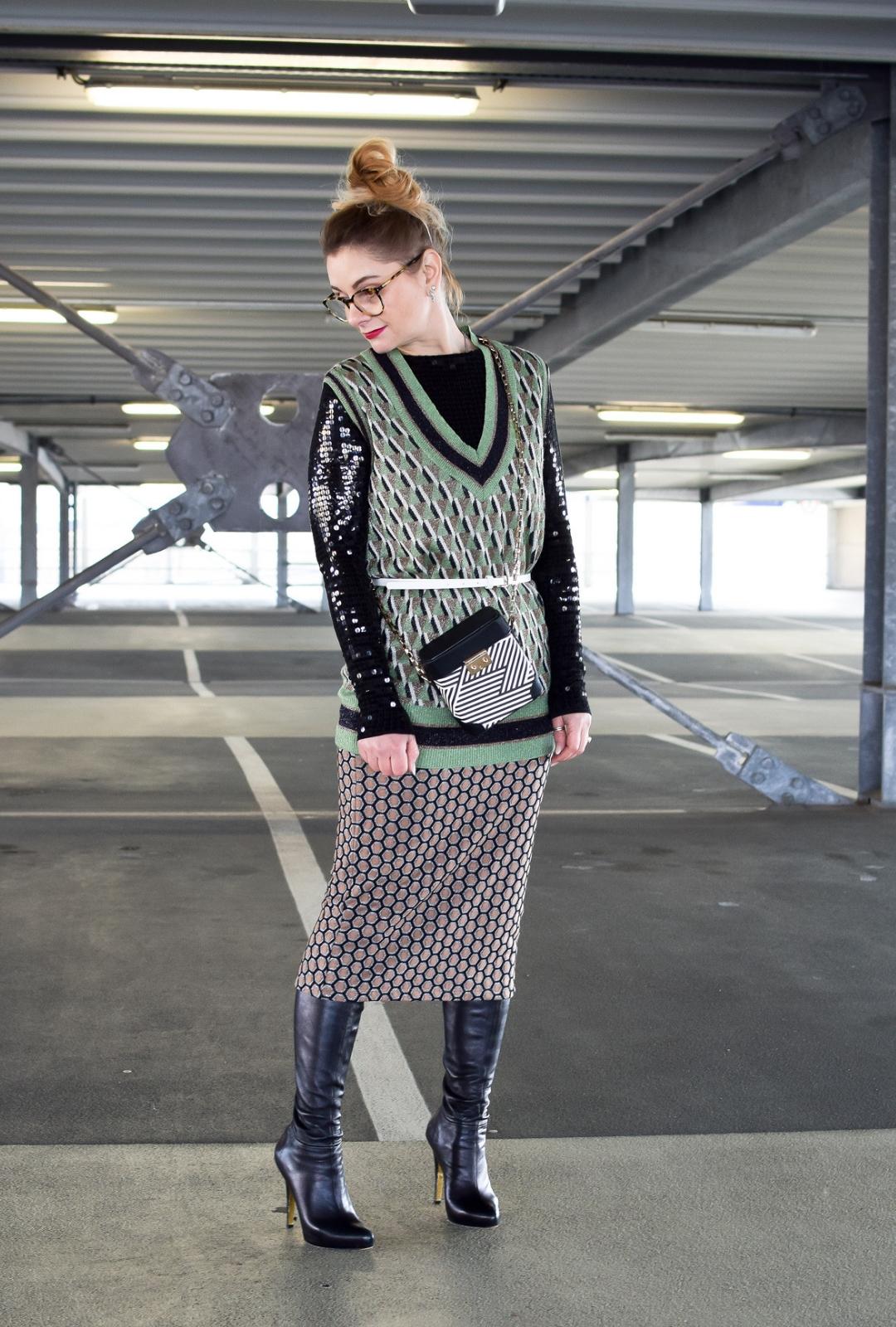 Pullunder mit auffälligem Muster für Frauen, wie style ich einen Pullunder?
