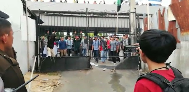 Video Demonstran Rusak Pintu Pagar Kantor Kejati Sulsel