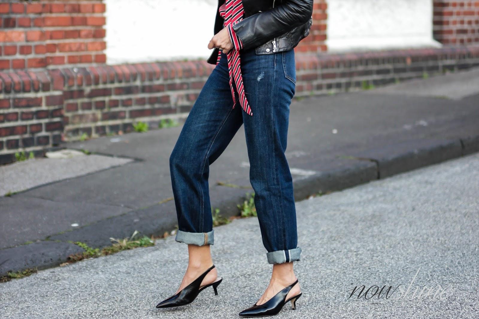 Vintage Straight Samurai Jeans und schwarze Kitten Heels von Zara und eine rote Bluse mit Schluppe von Mango