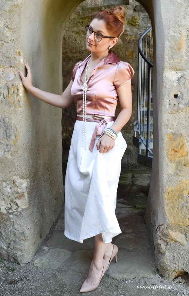 die Edelfabrik, Rosa Satinbluse, weißer Midirock, Nude High Heels