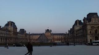 Das grosse Louvre-Museum mit der beruehmten Glaspiramide in Paris-Frankreich