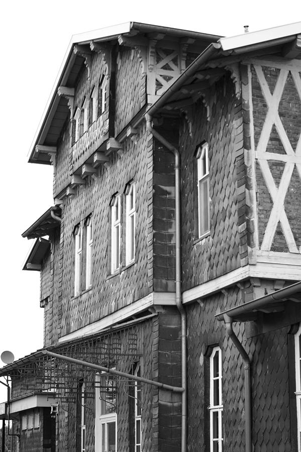 Blog + Fotografie by it's me fim.works - Bahnhof Dissen, Schieferfassade und Fachwerk in Schwarzweiß