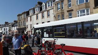 Érkezés busszal Millport-ba