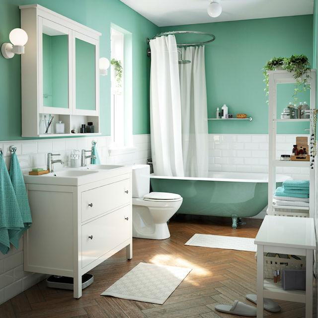 10 ideas para renovar el baño por menos de 100€, baño con mueble HEMNES de IKEA y alcachofa en la bañera