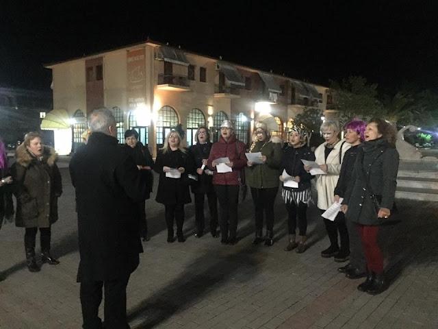 Η δημοτική χορωδία Νέας Κίου τραγουδάει στις γειτονιές