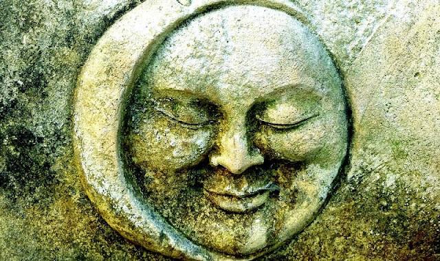 wajah bulan yang dibuat menggunakan logam