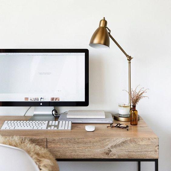 красивый рабочий стол дома