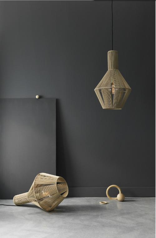 Helle Lampen von dem dänischen Label Pholc vor einer schwarzen Wand