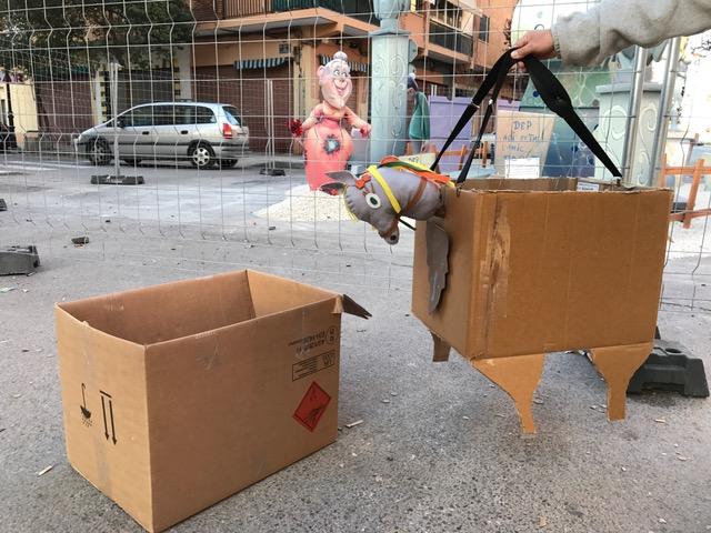 Antes una caja de cartón, ahora un caballo