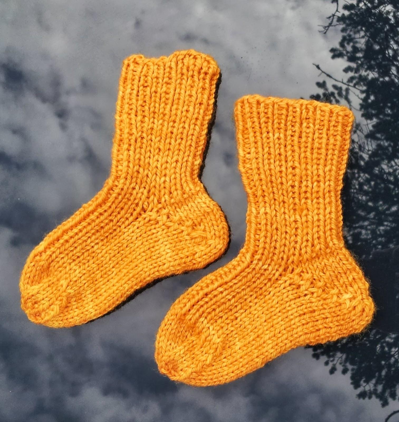 f71b7823 Gratis mønster på sokker til barn, oppskriften kan lett endres til å passe  større føtter ved å øke maskeantallet.
