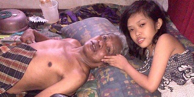 Perempuan ini dengan Tulus, Merawat Ayahnya yang Sudah Renta