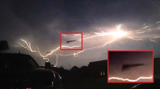 OVNI en forma de Búmeran es impactado por un enorme rayo