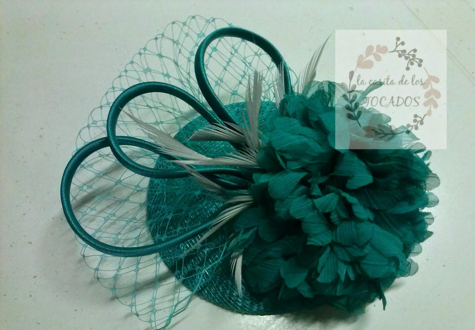 tocado pequeño para boda con flor, velo y plumas,  económico para boda