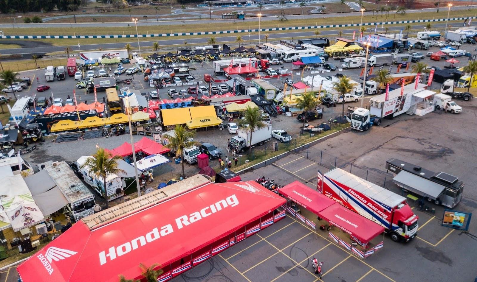 4112bae0254 As corridas classificatórias começam às 13 horas e envolvem todos os  veículos que participarão da prova. As motos partirão de três em três pelo  autódromo ...