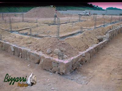 Execução das muretas de pedra rústica com esse tipo de colocação rústico de pedra já na cota de nível do terraço, onde vamos colocar os pilares de madeira e fazer o piso de pedra com pedra caco de São Tomé.