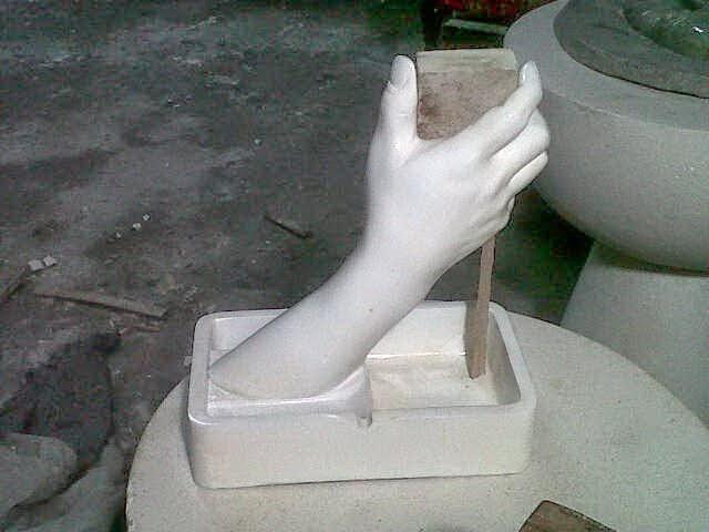 patung souvenir tangan