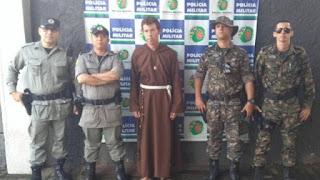 Homem é preso por aplicar golpes vestido de frade franciscano