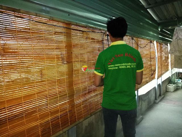 Nhân viên kỹ thuật tại Việt sun Blinds đang lắp đặt rèm che nắng cho một hộ gia đình.