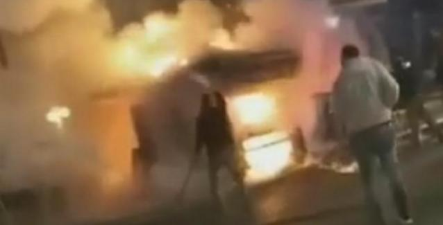 Εύβοια: Περαστικοί τρέχουν με κουβάδες για να σώσουν φλεγόμενο περίπτερο - Το βίντεο κατά τη διάρκεια της φωτιάς!