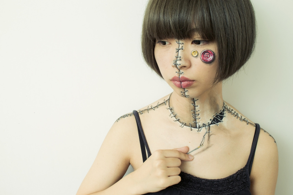11-Mending-Hikaru-Cho-チョーヒカル-Body-Painting-Her-way-Through-University-www-designstack-co