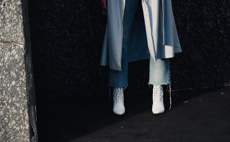 в моде белые ботинки