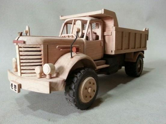 mainan miniatur truk dari kayu