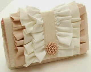 http://www.todomanualidades.net/2014/08/como-decorar-simple-cartera-mano-tela/