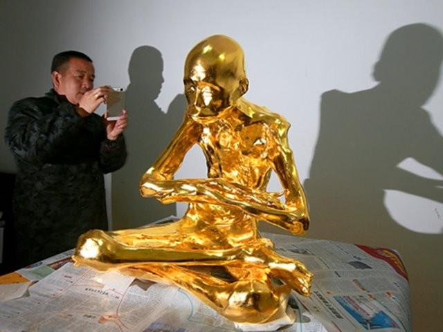 Mumi Biksu Fu Hou Dilapisi Emas