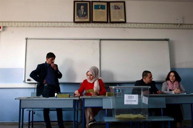 Στις κάλπες οι Τούρκοι για το μέλλον του Ερντογάν και της χώρας