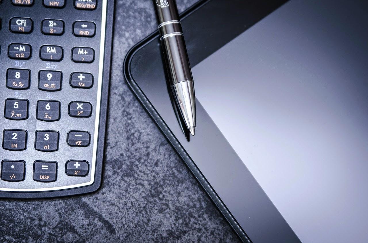 calculadora, bolígrafo y tablet