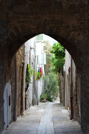 hyères var ville haute vieille médiéval moyen âge ruelle passage jules romain
