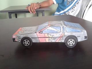 vista lateral de carro de papel decorado con colores papertoys
