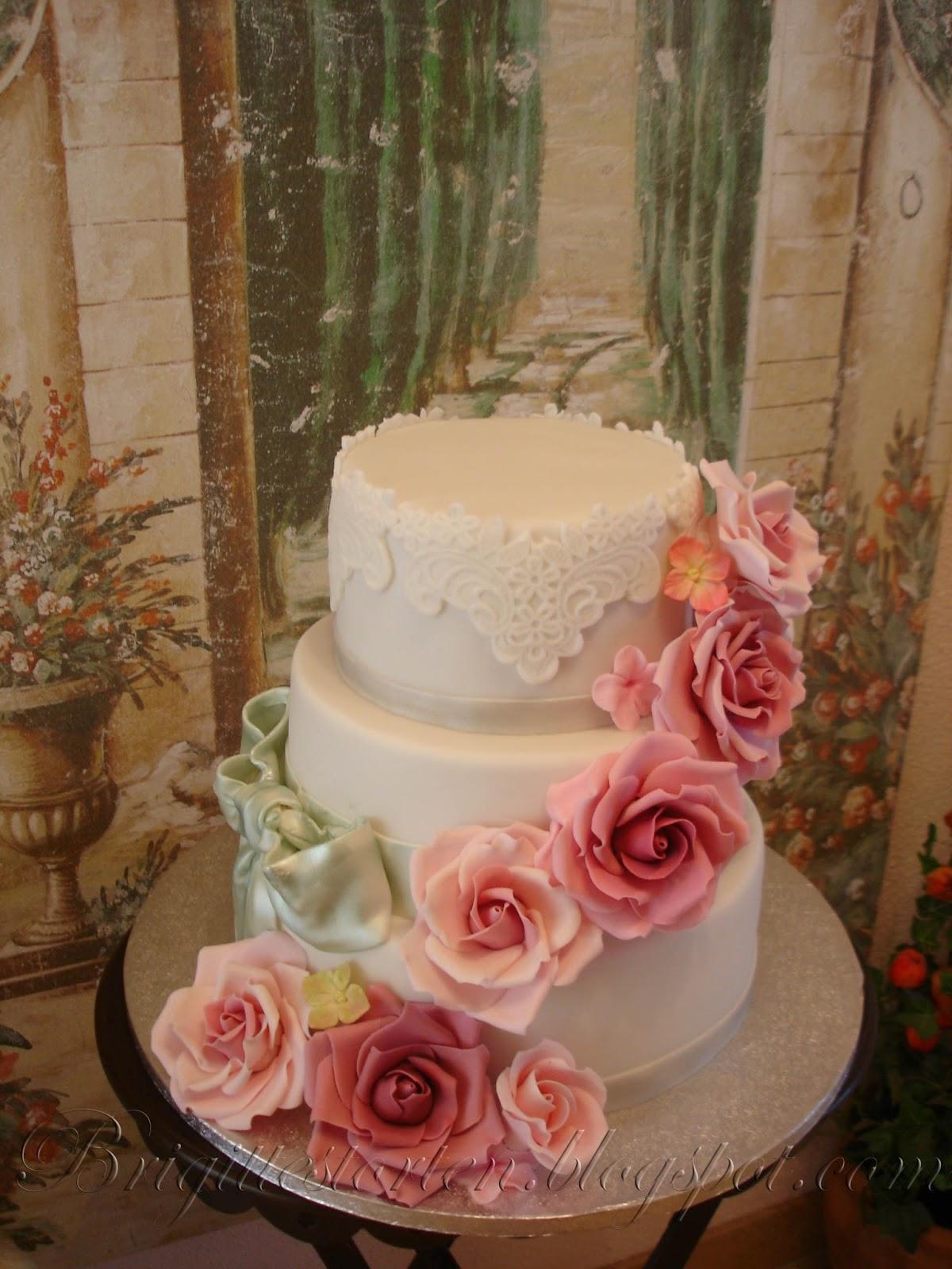 Romantische Hochzeitstorte Mit Altrosa Rosen Silber Schleife Und