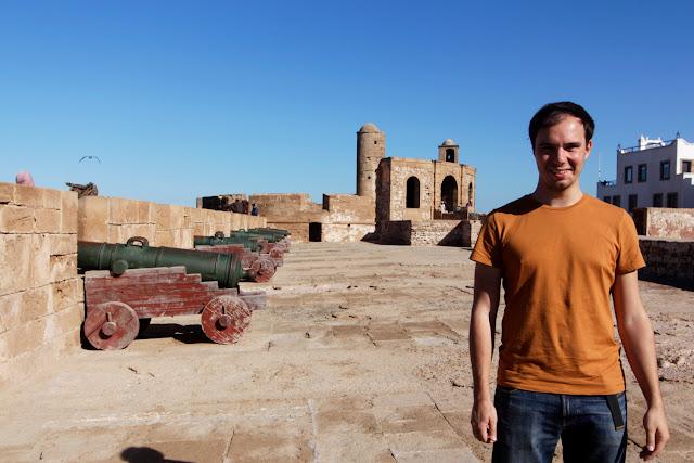 Alberto frente a los cañones de la Skala de la Ville