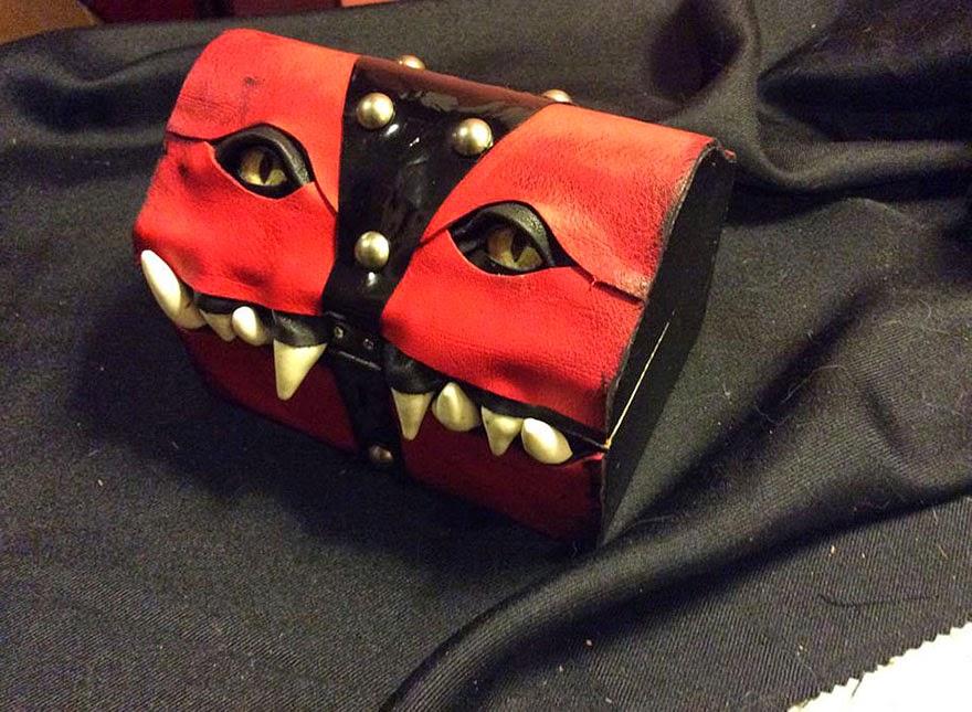 baúl rojo con forma de monstruo