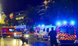 Cuando se apagaban las últimas luces de los fuegos artificiales por la celebración, el vehículo arrasó con las vidas que encontró a su paso. En consecuencia, al menos 84 personas murieron y 18 resultaron heridas de gravedad en el Paseo de los Ingleses, la rambla costera de Niza, una ciudad turística de la Riviera Francesa.