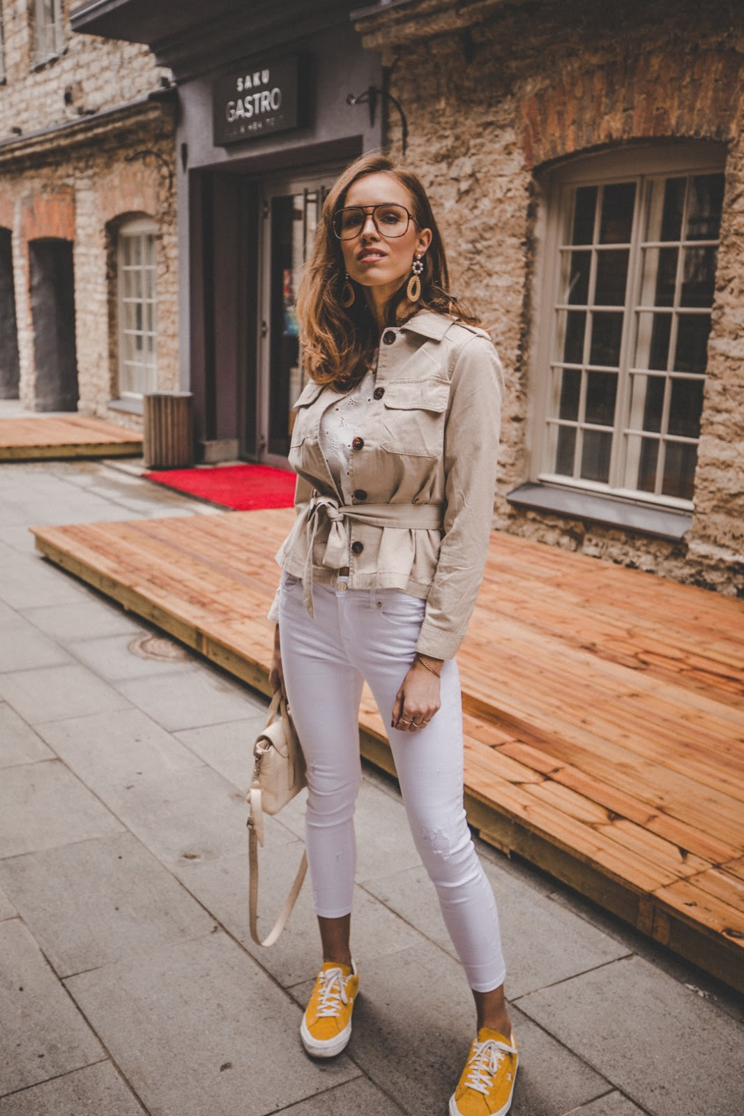linen beige safari style jacket white jeans outfit spring trend street style