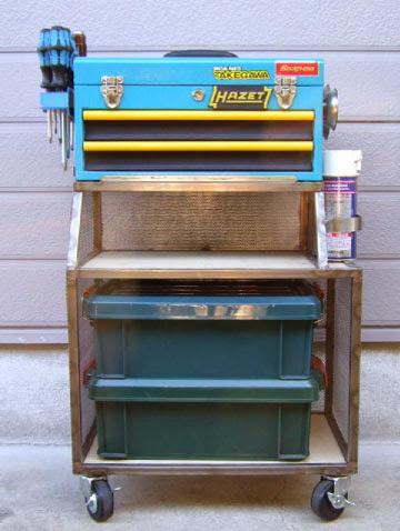 hazet(ハゼット)の工具箱は自宅用と出張用として使用しています。下のラックはワンオフの一品物で中段にはパーツトレーを置いて下段はプラのパーツケースを入れかなり使える仕様に出来ています。