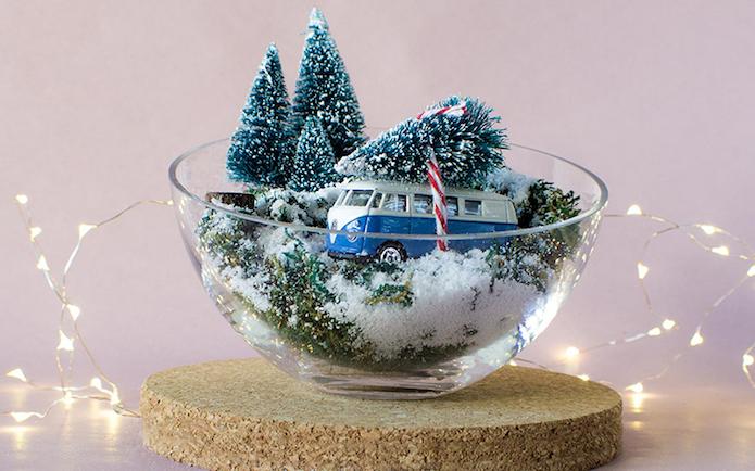 centro de mesa en un bol de cristal para navidad